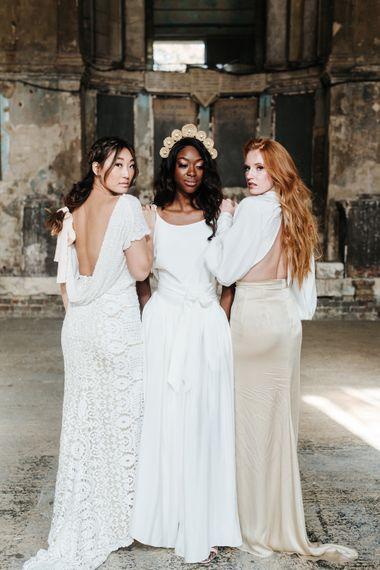 穿着休闲婚纱和两件工业波西米亚灵感的新娘在避难所