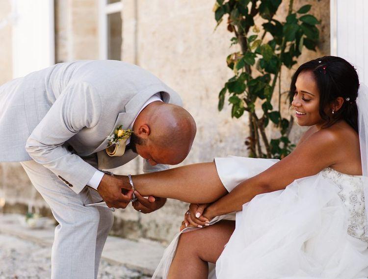 亲爱的会让她的新娘把鞋子放在他的鞋子上