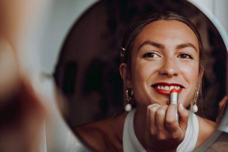 涂着鲜红色唇膏的新娘