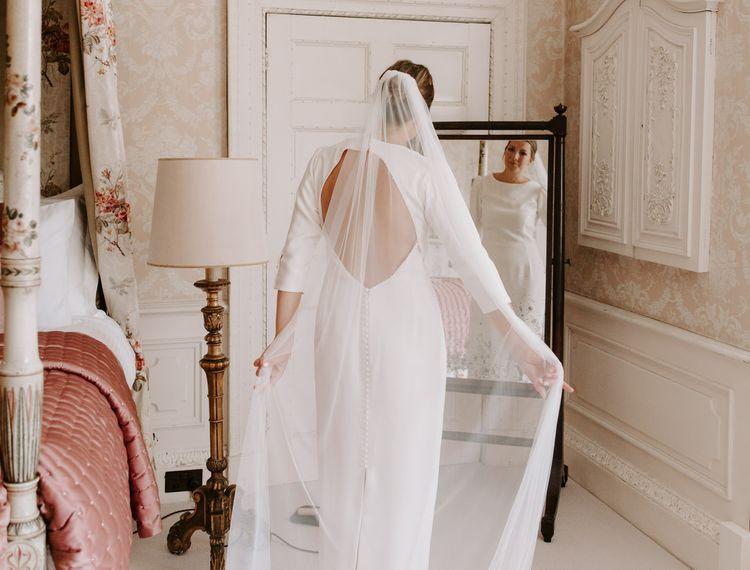 穿着礼服的新娘礼服的礼服很漂亮