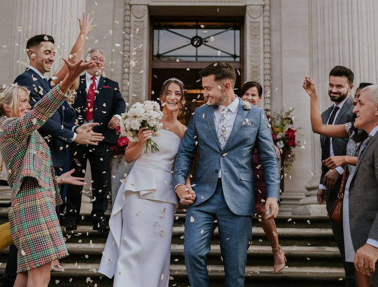 在新娘的新娘和礼服上,穿着婚纱的礼服