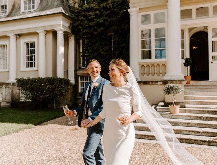 新郎和香槟在新郎的婚礼上,他们的衣服
