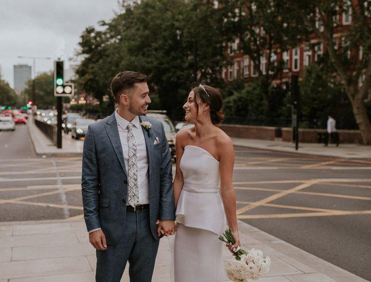 在新娘和礼服上穿着比基尼礼服的新娘