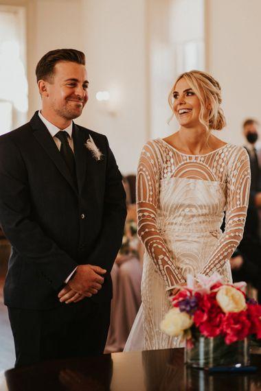 穿着长袖婚纱的新娘在婚礼上微笑