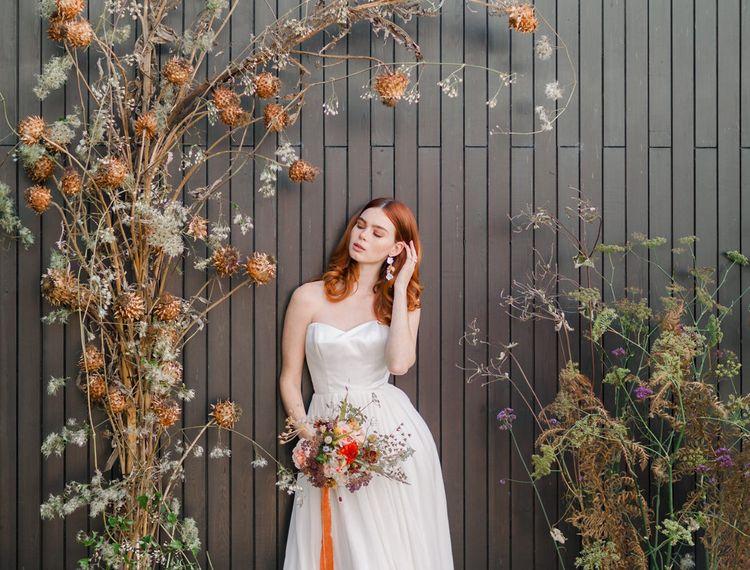 在现代新娘的新娘礼服上,穿着婚纱,穿着内衣礼服的裙子