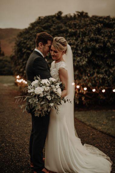 在婚礼上,有一张美丽的夜晚,还有一盏明亮的灯光