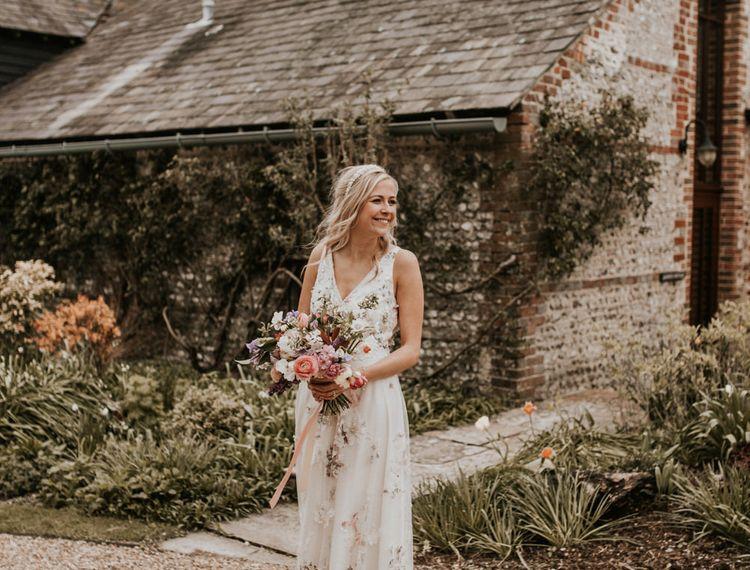 穿着粉色粉色礼服和婚纱