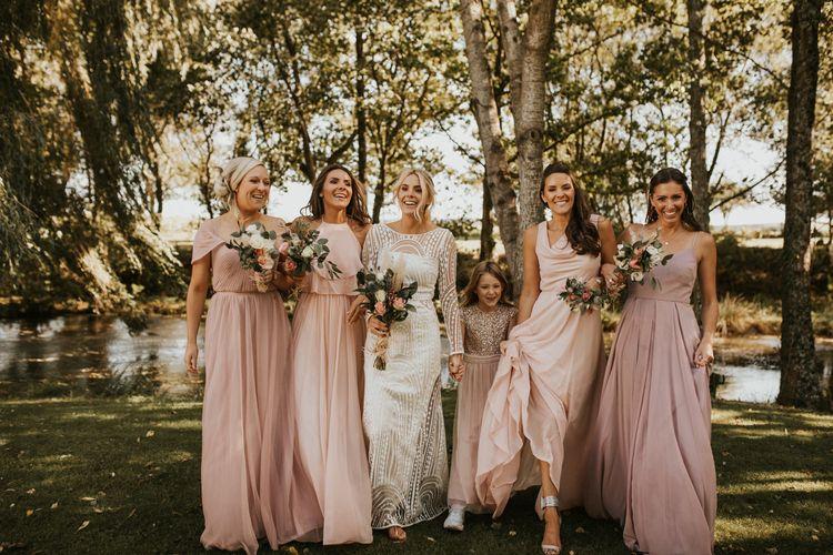 新娘派对肖像,伴娘穿着粉色婚纱,新娘穿着高级婚纱