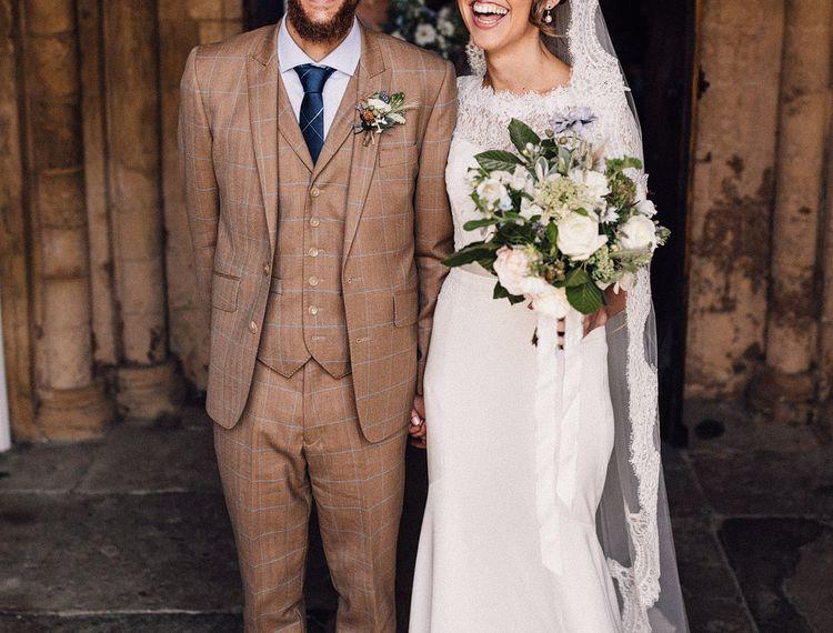 穿着礼服和穿着礼服的新娘穿着穿着金色礼服的礼服