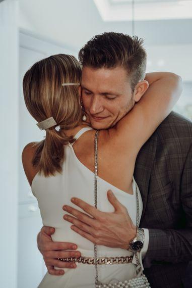 第一眼看到新娘时,新郎拥抱新娘