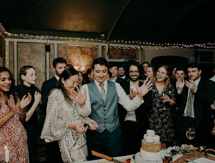 把婚纱放在意大利婚礼上的蛋糕