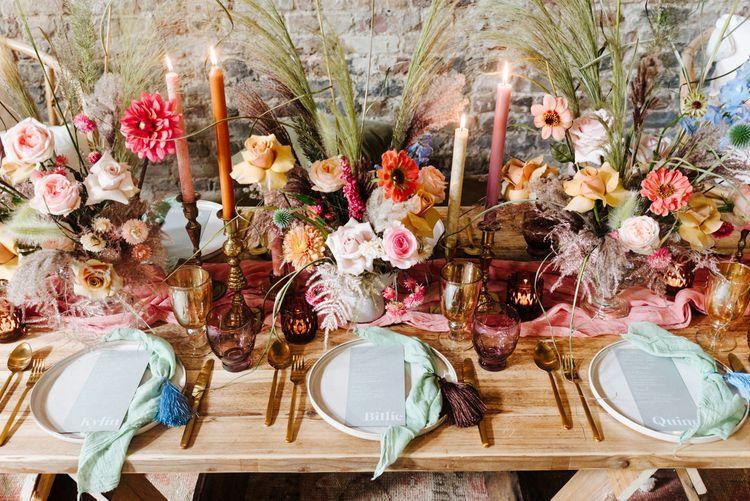 贴心的婚宴桌上装饰着鲜艳的鲜花、餐具和婚礼文具