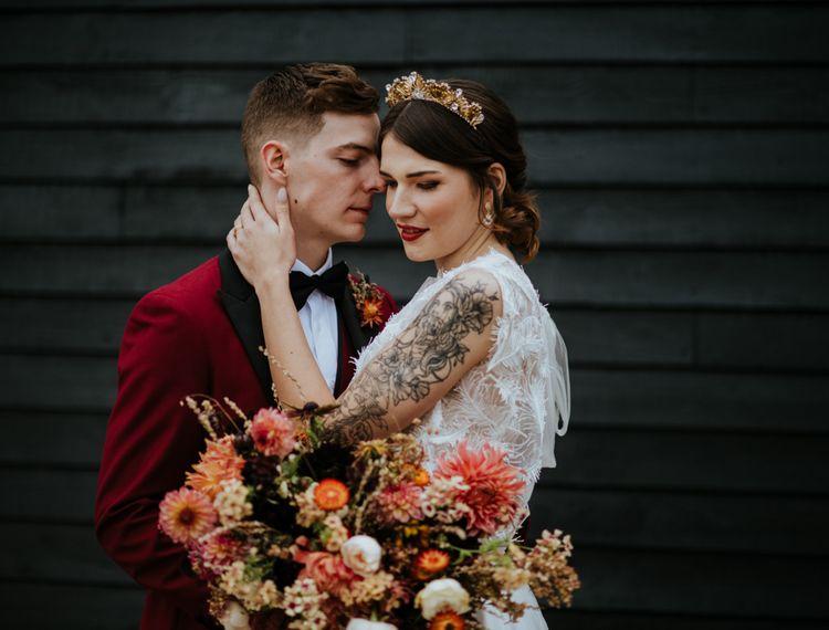 新郎新娘和新娘穿着袜子