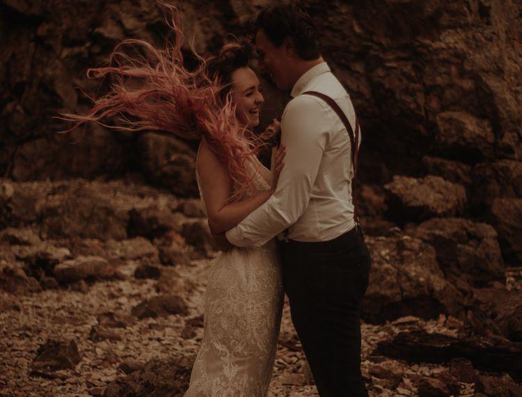 穿着粉色比基尼和粉色裙子和布鲁克林的新娘