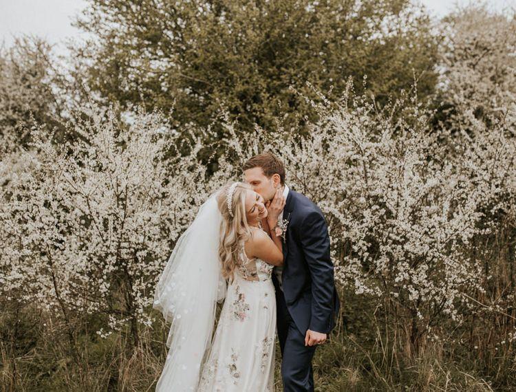 新郎和新娘亲吻春天