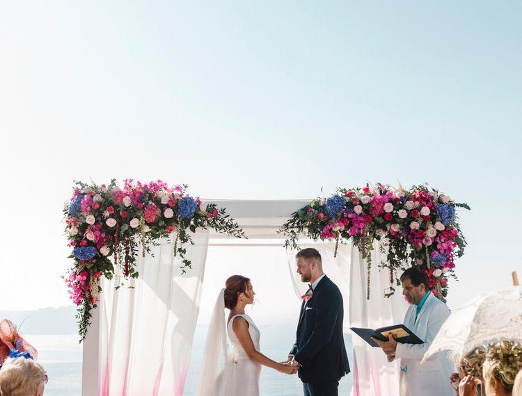 新郎和新娘在前排的蜡烛上装饰着玫瑰