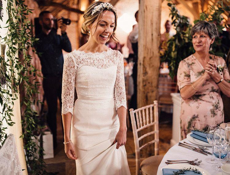 在阿什福德的婚礼上,穿着婚纱的礼服,欢迎来到婚礼的妓院