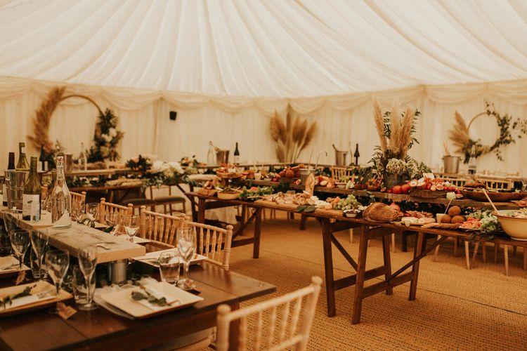 亲密的家庭天棚接待与环装饰,树叶和干草。