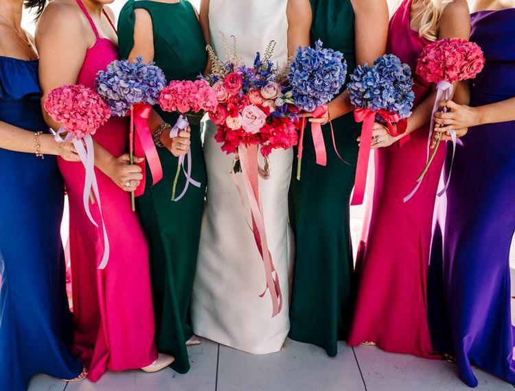 穿着粉色粉色裙子和绿色裙子的裙子