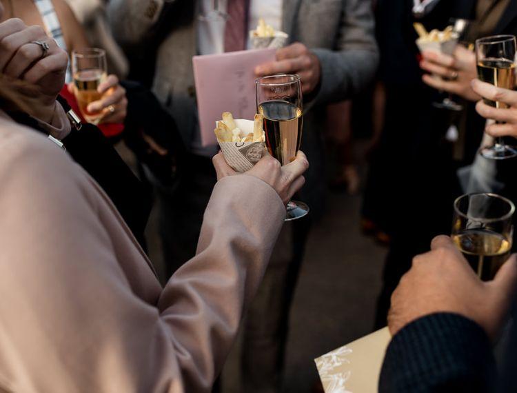 客人享受美酒和饮料