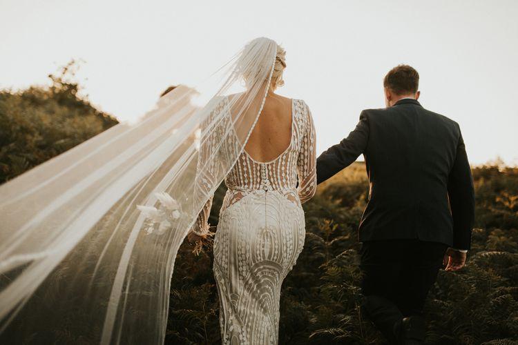 新娘穿着设计复杂的二手婚纱