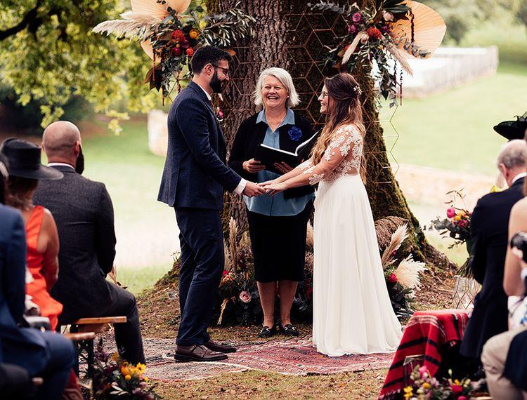 在婚礼和殡仪馆的婚礼上