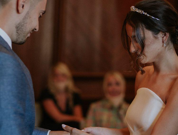 新娘和新娘在婚礼上的小女孩一起