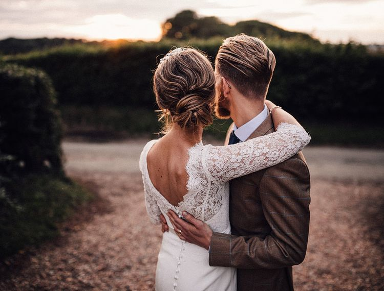 穿着婚纱礼服的新娘穿着睡衣,穿着礼服