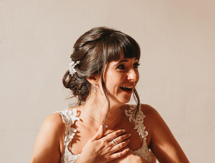 在婚礼上笑着笑
