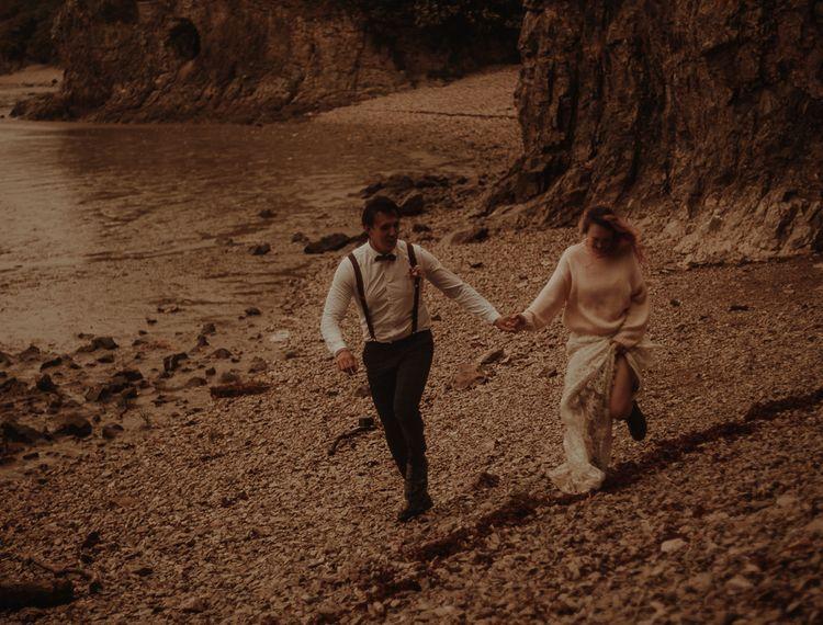 新郎和新郎在沙滩上