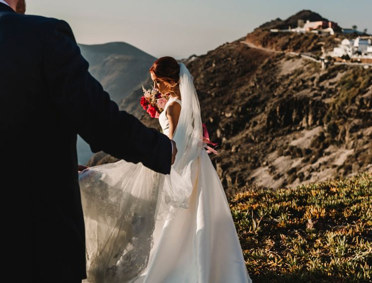 新娘婚礼上的婚礼礼服和新娘婚礼