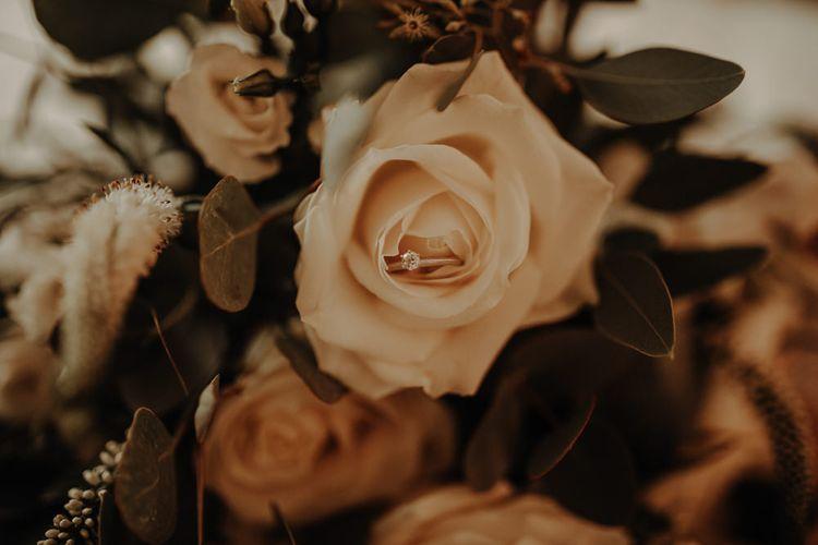 婚礼戒指在意大利玫瑰的婚纱上有一张玫瑰