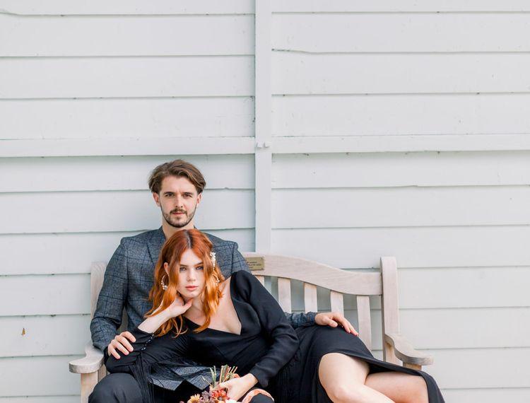 在她的婚礼上,穿着高跟鞋坐在椅子上