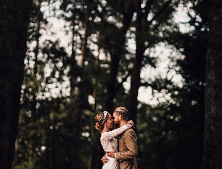 在新郎和乔弗里亲吻婚礼的婚礼