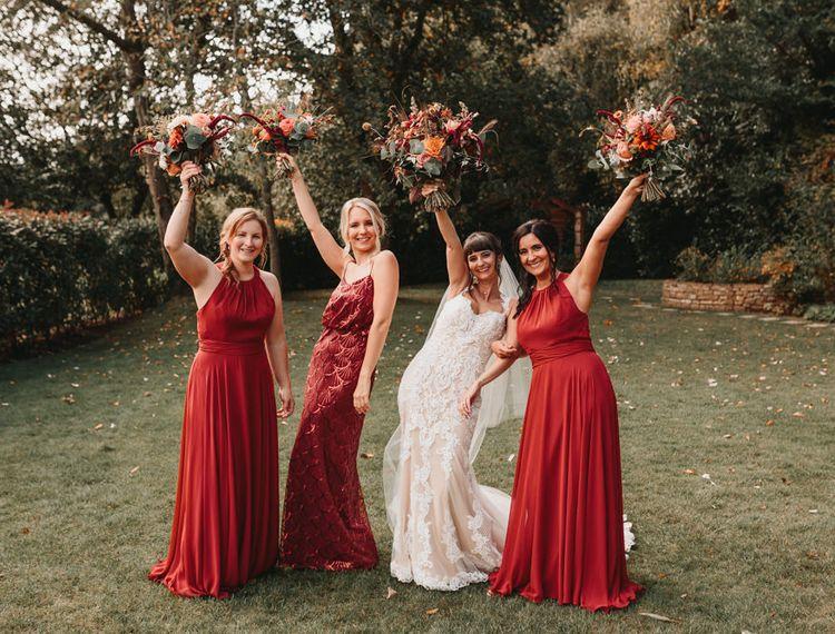 在皇后区的伴娘礼服上,婚礼礼服