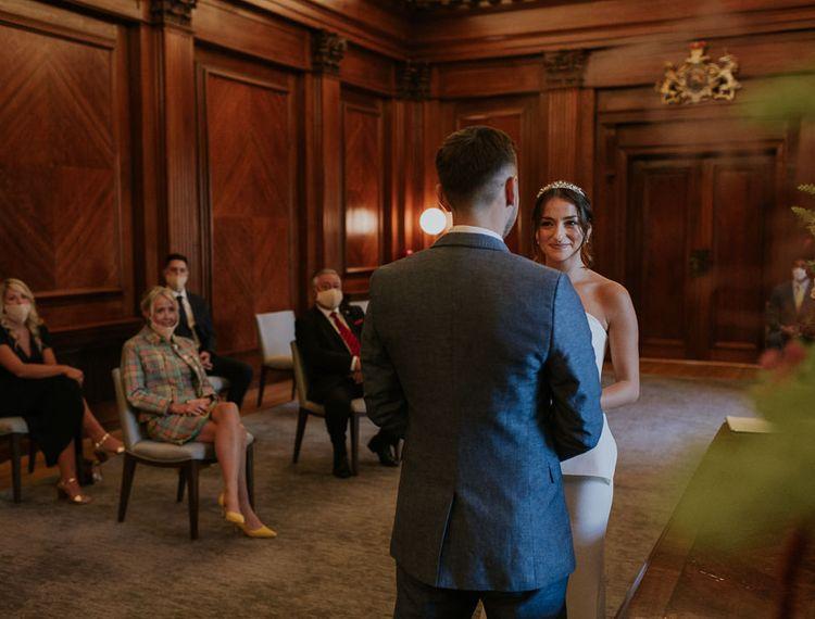 新郎和新娘在一起,在婚礼上的旧希腊别墅