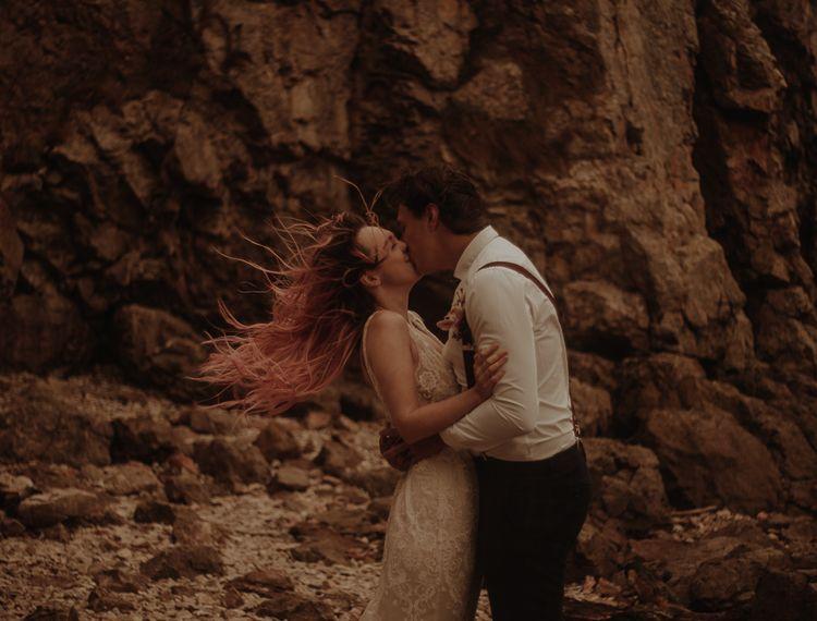 新娘和新娘亲吻,在婚礼上,莉莉·皮特的照片