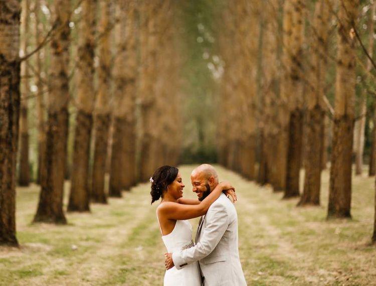 婚礼新娘准备礼服新郎