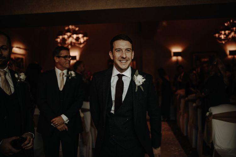 生日快乐的时候,他的礼服在床上,在婚礼上,穿着香槟和玫瑰蛋糕