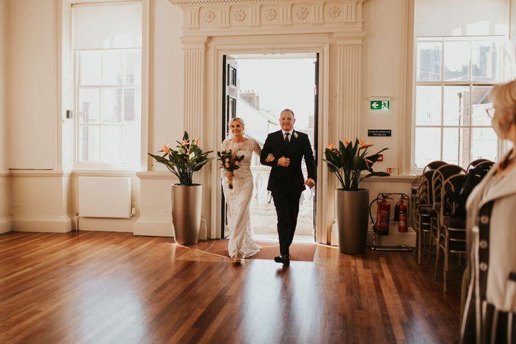 民间婚礼穿婚纱的新娘入场