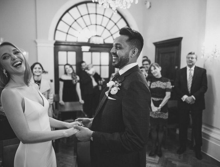 笑与黑白摄影的新娘和新郎在市政厅伦敦188金宝博亚洲