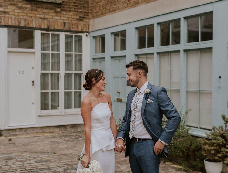 穿着高跟鞋和穿着比基尼礼服的新娘穿着礼服