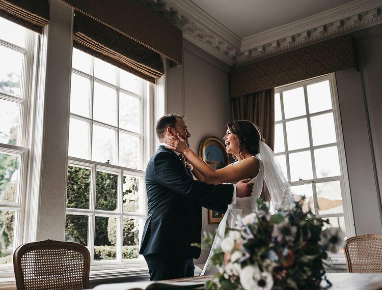 在新郎和婚礼上,把婚礼的钥匙放在