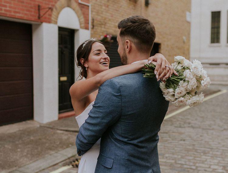 穿着她的新娘穿着蓝色外套
