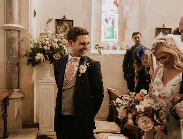 新郎新娘在圣坛上亲吻新娘