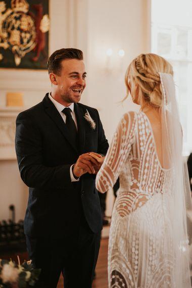 新郎新娘在婚姻登记处交换誓言