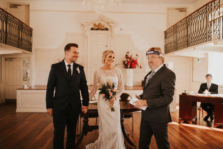 穿着婚纱的新娘参加普尔登记处的微型婚礼