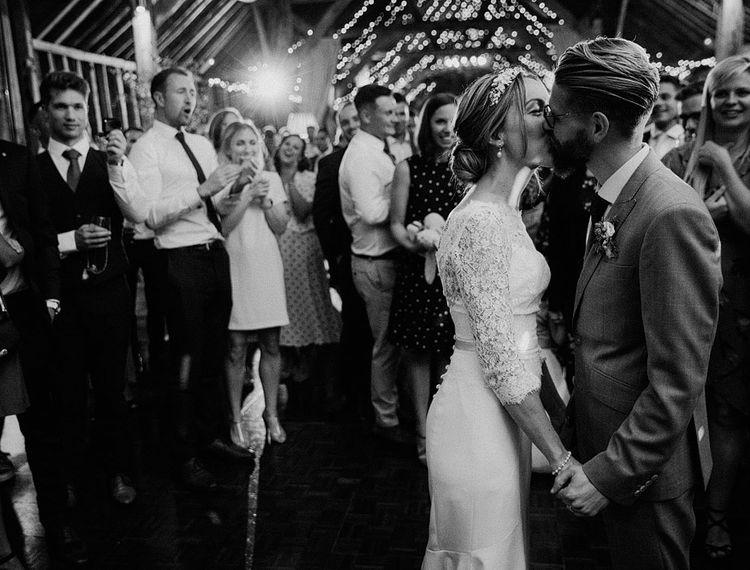 维多利亚新娘和维多利亚在维多利亚广场的豪华轿车里,穿着雪橇的礼服
