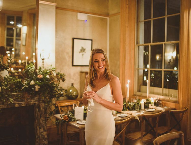 在橙色切尔西的新婚新娘新娘为她的圣诞节婚礼