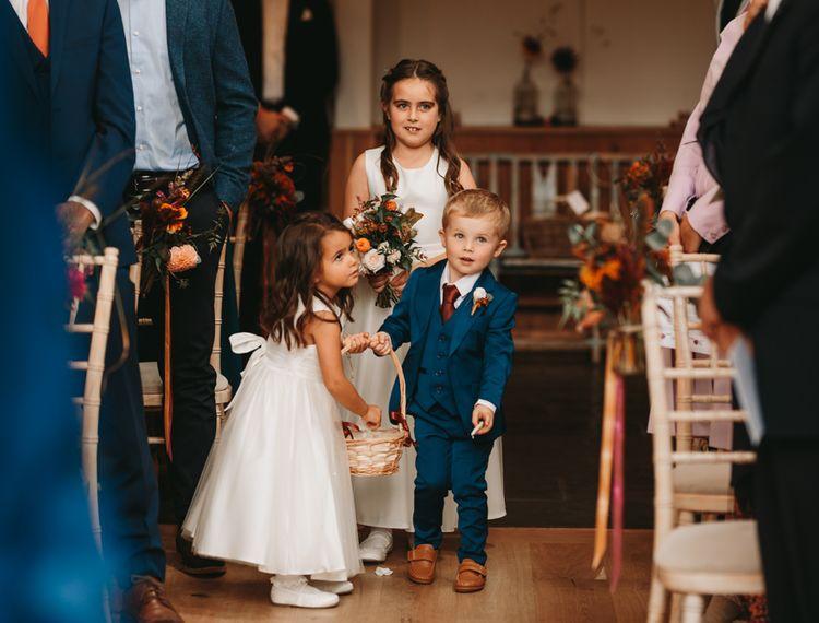年轻女孩和维多利亚夫妇在婚礼上的婚礼